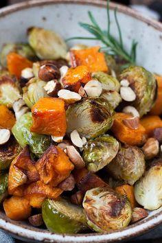Knusprig gerösteter Rosenkohl und Süßkartoffel aus dem Ofen. Köstlich, praktisch und nur 6 Zutaten - http://Kochkarussell.com