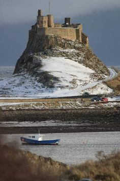 England Travel Inspiration - Lindesfarne Castle on Holy Island off the coast of Northumberland in England. St Aiden brought Christianity to England in You can only drive over a Causeway when the tide is out. Chateau Medieval, Medieval Castle, Beautiful Castles, Beautiful Places, Chateau Moyen Age, English Castles, North East England, England And Scotland, England Uk