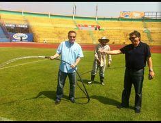 Hernan Pereyra ayudando a regar la grama del estadio de San Pedro Sula