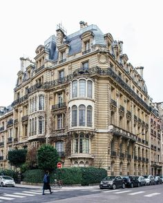 Corner buildings of Paris : Rue Rembrandt, 7 & rue de Lisbonne, 58