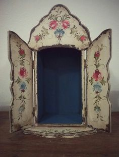 You can see comma strokes and some lovely flowers we use in our Bluebirds kit on this example of Decorative Bauernmalerai. Learn to paint with our Bluebirds kit available from www.folkit.co