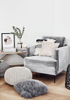 FLUENTE Family - So vielseitig ist der Blogger-Liebling! Der angesagte Samt-Sessel Fluente ist das perfekte It-Piece für jedes Zuhause. Kombiniert mit Ethno-Prints, Fellkissen und Makramee-Wandschmuck wird dieses Wohnzimmer zu einem wahr gewordener Boho Traum. Stylisch & wandelbar - einfach perfekt! // Wohnzimmer Sofa Pouf Fell Kissen Teppich Wandschmuck Ideen Sofa Samtsessel Bank Eukalyptus Holz Kissen Decke Ethno Boho Ideen #WohnzimmerIdeen #Boho #Ethno #Wohnzimmer #Sofa #Samtsessel
