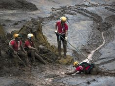 8/11- Bombeiros param para descansar durante trabalho de resgate em meio a lama que cobriu o distrito de Bento Rodrigues, em Mariana  (Foto: Felipe Dana/AP Photo)