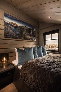 awesome Incredible Wooden Cabin Bedroom Design Ideas For Summer Holiday Modern Lodge, Mountain Cottage, Lakeside Living, Shelves In Bedroom, Wooden Cabins, Country Farmhouse Decor, Cabins And Cottages, Blue Rooms, Cottage Interiors