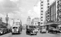 A agitada Avenida São João em meados da década de 40. Destaque para o saudoso Cine Metro à direita e para o ônibus