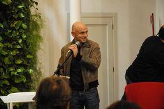 Rolando Ravello legge un brano durante la presentazione da Fandango Incontro a Roma. (Foto di Francesco Mileto.)