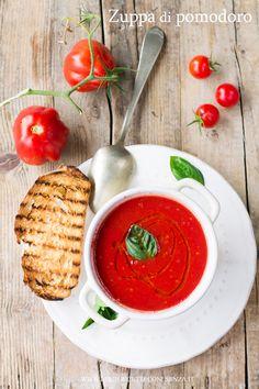 Zuppa di pomodori,minestra di pomodori che assomiglia ad una pappa col pomodoro, ricetta a base di pomodoro fresco semplice e veloce. Pomodoro e licoprene ✫♦๏☘‿SA Oct ༺✿༻☼๏♥๏写☆☀✨ ✤ ❀‿❀ ✫❁`💖~⊱ 🌹🌸🌹⊰✿⊱♛ ✧✿✧♡~♥⛩ ⚘☮️❋ Chili Recipes, Soup Recipes, Vegetarian Recipes, Three Ingredient Recipes, Lean Meals, Soup Kitchen, Food Photography Tips, Tomato Soup, Winter Food