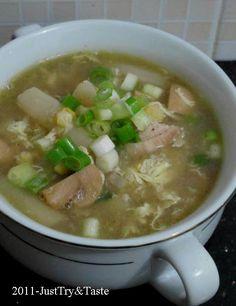 Sup ayam dengan telur serabut, jamur, jagung manis dan asparagus kalengan yang sedap dan segar