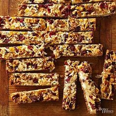 This 7 layer bar recipe has all kinds of tasty ingredients, like dried cranberries, flaked coconut, and white baking pieces. If you're planning on making a cookie plate for the holidays, this holiday bar will make a great addition! Köstliche Desserts, Delicious Desserts, Yummy Food, Frozen Desserts, Christmas Sugar Cookies, Holiday Cookies, Holiday Bars, Christmas Treats, Christmas Holidays