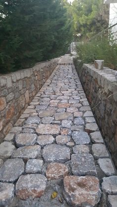 What You Can Do To Improve Your Landscaping using Garden Arbor Everyone that owns a home wants to take pride in it. Garden Paving, Garden Stepping Stones, Garden Steps, Garden Paths, Stone Retaining Wall, Stone Walkway, Stone Path, Stone Wall Design, Dry Stone
