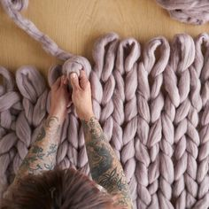 XXL knitting: blankets, scarves, pillows or sweaters made of giant mesh are TrendX . - XXL knitting: blankets, scarves, pillows or pullovers made of giant mesh are trendy XXL knitting: b - Vogue Knitting, Arm Knitting, Knitting Scarves, Giant Knitting, Knitting Sweaters, Debbie Macomber, Chunky Blanket, Chunky Yarn, Roving Yarn