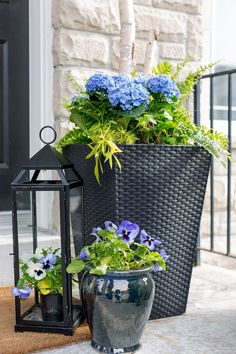Porch Planter Ideas and Inspiration – Maison de Pax Potted plants are one of the easiest ways to dress up any space! Be sure to check out these gorgeous porch planter ideas and inspiration front and back porches before sprucing up your own outdoor space. Front Porch Flowers, Front Porch Planters, Outdoor Pots And Planters, Front Yard Landscaping, Backyard Patio, Landscaping Ideas, Backyard Planters, Balcony Garden, Front Porch Furniture
