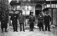 """(18 octobre 1910, grève des électriciens, militaires devant l'entrée de la nouvelle ligne de métro """"Nord-Sud""""). Photographie de presse : Agence Rol"""