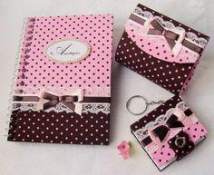 O kit Mimo II é confeccionado em cartonagem. É composto por 3 peças: porta moedas + chaveiro post it + caderneta de notas.