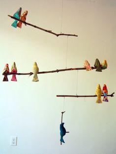 Móbile com gravetos e pássaros de tecido