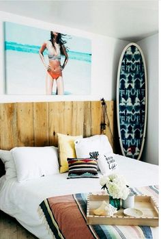 Cabeceira madeira + surf Surf Decor, Decoration Surf, Surf Style Decor, Bohemian Bedrooms, Bohemian Bathroom, Bathroom Vintage, Surfer Bedroom, Surfer Girl Bedrooms, Surf Theme Bedrooms