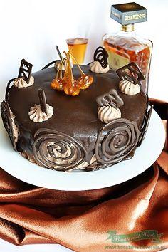 Am preparat acest Tort Pax plecand de la o prajitura cu acelasi nume cunoscuta in zona Bistritei, Prajitura Pax. Se poate prepara si in forma dreptunghiulara ce vine asamblata identic cu acest tort, se glaseaza cu ciocolata apoi se taie sub forma de patrate. Am ales sa o prepar sub forma de tort pentru a