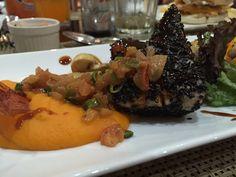 Atún Encostrado: Atún sellado en sésamo negro acompañado de puré de zanahoria al cardamomo, tomates y champiñones. http://larutade.cl/2013/12/23/la-ruta-de-el-quijote-restaurant-dejaron-a-sancho-en-concepcion/