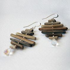 Bâtonnets de bois flotté montés en nuancier sur argent, perles gouttes en verre.