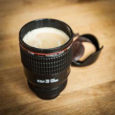 Der Trinkbecher bzw. Thermosbecher in Form eines Kameraobjektivs ist ein voll funktionsfähiger Becher, der auch Heißgetränke bestens aufnehmen kann.