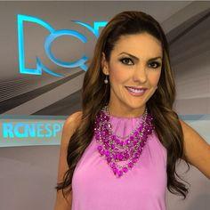 Ana Karina Soto con un collar de Alejandra Valdivieso para espectáculo RCN #canalrcn #accesorios #colombia #bisutería #fashion #bijoux maxinecklace
