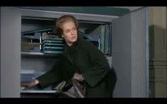 """Si può fare entrare una gran quantità di soldi anche in una borsa piccola, se te la porti in giro vuota. Chiusi la cassaforte e rimisi a posto la chiave. Poi uscii e tornai in sala. Stavolta Gladys mi vide.  (Winston Graham, """"Marnie"""")"""