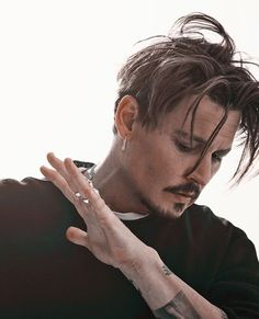 The famous Johnny Depp is one of the best actors of his age. His acting skills have made him an icon, but that's not all. Over the years, the Pirates … The post 15 best Johnny Depp hairstyles ▷ Kenya News appeared first on Hair Strategy. Jonh Deep, Johnny Depp Hairstyle, Young Johnny Depp, Medium Hair Styles, Long Hair Styles, Best Actor, Haircuts For Men, Celebrity Crush, Celebrity Dads