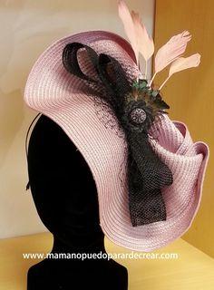 Tocados originales, exclusivos, diferentes. Tea Hats, 85th Birthday, Turban, Millinery Hats, Flower Hats, Diy Home Crafts, Hats For Women, African Fashion, Flower Arrangements