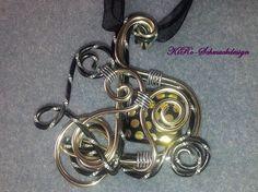 Ketten mittellang - Alu-Anhänger in Schwarz/Gold - ein Designerstück von KiRoWeb-Schmuckdesign bei DaWanda