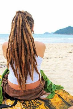 Learn how to start your own natural dreadlocks and how to maintain, care for and wash them. Want dreadlocks but not with your own hair? Dreads Styles, Dreadlock Styles, Dreadlock Rasta, Dreadlock Hairstyles, Cool Hairstyles, Boho Hippie, Hippie Hair, Bohemian Style, Beautiful Dreadlocks