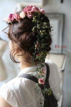 ゆるいアップヘアに合わせるバックガーランド付き花冠