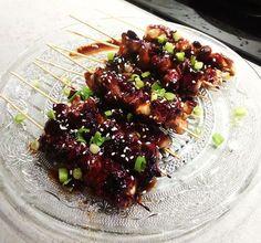 Deze Japanse kip yakitori spiesjes zijn makkelijk en snel te maken, zeker voor een grote groep! Lekker om te serveren als hapje!