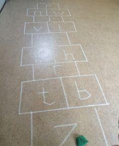 hinkelpad letters kleuters Outdoor Education, Kids Rugs, School, Flooring, Fruit, Crafts, Manualidades, Kid Friendly Rugs, Wood Flooring