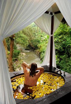 Mikään kylpy maailmassa ei ole kuitenkaan vetänyt vertoja eräälle kylpyammeessa viettämälleni tunnille balilaisen Maya Ubud -hotellin yksityisessä spa-paviljongissa.  #spa  http://www.exploras.net/matkablogi/1912016