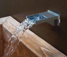 Una chicca di Bossini - rubinetto di alta qualità con bocca d'erogazione a cascata, ideale per massaggi cervicali rilassanti.