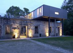 Renovation: Neubau auf Stahlstelzen / new building on steel stilts