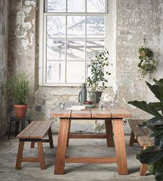 KARWEI | Voor een stoere look in je tuin kies je voor stevige, houten banken bij de tuintafel in plaats van stoelen. #karwei #tuin #tuinmeubels
