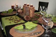 """Kanada, das Land Wälder und Seen. Kernstück dieser tollen Tischdekoration ist das Thema Wald. Dazu wurden rustikale Holzelemente in der Mitte des Tisches dekoriert umgeben von allem, was """"unser"""" Wald so hergab. Abgerundet wurde diese Tischdeko von den grünen Tischläufern der Fa. Klippan."""