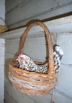 Basket Hanging Nest cute idea, cheap baskets at thrift shops Chicken Bird, Chicken Eggs, Chicken Ideas, Backyard Farming, Chickens Backyard, Fluffy Chicken, Cheap Chicken Coops, Cheap Baskets, Chicken Nesting Boxes