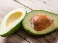 Avocados haben weit mehr zu bieten als nur das Fruchtfleisch. Den vielleicht wertvollsten Bestandteil werfen die meisten achtlos weg. Wir verraten, warum der Kern so kostbar ist