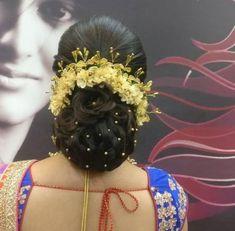 Super indian bridal bun hair style the voice ideas Bridal Hairstyle Indian Wedding, South Indian Bride Hairstyle, Bridal Hair Buns, Bridal Hairdo, Indian Wedding Hairstyles, Short Wedding Hair, Bride Indian, Hairdo Wedding, Bridal Henna