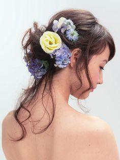 後れ毛を残したハーフダウンスタイル。重心は下のほうにしてシニヨンにまとめ、生花をバランスよく飾ります。前髪はナチュラルに。  ■お問い合わせ...