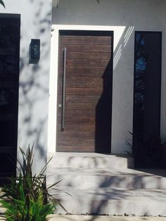 Have a look at this magnificent red front doors - what an ingenious type Exterior Front Doors, Garage Doors, Front Entry, Eto Doors, Door Redo, Front Door Hardware, Contemporary Front Doors, Entryway Wall, Building Materials