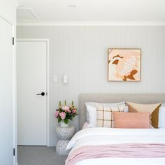 Here are 8 ways to maximize the space in a small bedroom. Bedroom Inspo, Bedroom Decor, Decorative Pillows, Sweet Home, Living Room, Furniture, Space, Board, Home Decor