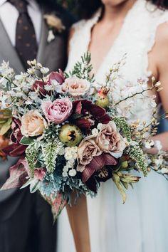 rosa und orange Rosen eine seltsame Pflanze als Akzent Hochzeitsstrauß vintage