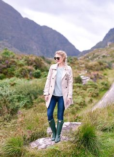 Gap of Dunloe and Cliffs of Moher The best spots in Ireland - love this fall outfit for the Gap of Dunloe!The best spots in Ireland - love this fall outfit for the Gap of Dunloe! Street Style Summer, Casual Street Style, Jean Grey, Green Hunter Boots, Classy Fall Outfits, Ireland Fashion, Fall Travel Outfit, Outfit Winter, Womens Clothing Stores