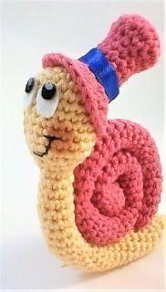 En este vídeo os traigo el patrón de un gracioso caracol amigurumi, es de nivel básico, muy bien explicado paso a paso, para que no ... Crochet Snail, Bobble Crochet, Crochet Animals, Crochet Dolls, Animal Knitting Patterns, Amigurumi Patterns, Crochet Patterns, Handmade Stuffed Animals, Crochet Keychain