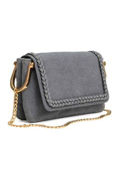 Shoulder bag: Small imitation leather shoulder bag with a regenerated leather finish, metal chain shoulder strap, flap with a decorative braided trim and magnetic catch, and two compartments. Lined. Size 4x13x21 cm.