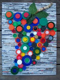 Recycling project: plastic bottle caps Recyclables Project - could be pretty garden wall art Recycled Art Projects, Recycled Crafts, Craft Projects, Bottle Cap Projects, Bottle Cap Crafts, Diy Bottle, Plastic Bottle Caps, Recycle Plastic Bottles, Bottle Top Art