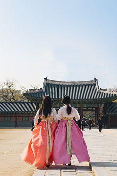 .Young Korean girls wearing Hanboks.